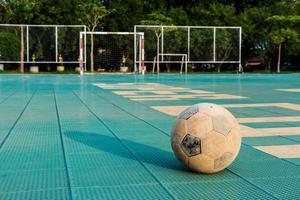 Vieux football sur cour en vacances scolaires rurales photo