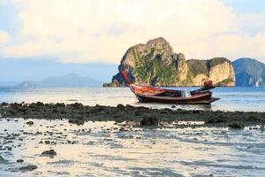 Bateau indigène sur la plage et le lever du soleil le matin à trang thailand photo