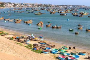Village de pêcheurs sur la plage avec bateau traditionnel en abondance du vietnam vietnamien photo