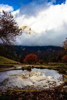 cercles d'eau et de nuages en automne photo