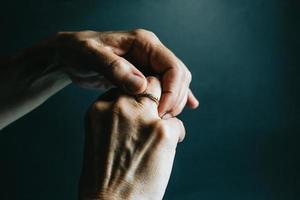 bague de bijoux au doigt photo