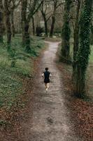 homme qui court parmi les arbres photo