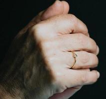une paire de vieilles mains priant photo