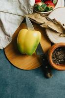 maquette d'une table de cuisson avec un poivron coupé en deux photo