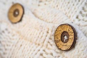 bouton en bois sur le pull cardigan en laine tricotée photo
