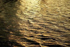 Beau coucher de soleil reflété sur la surface de l'eau photo