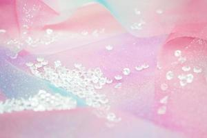 Une belle et élégante macro de paillettes de diamants étincelants avec bokeh ou profondeur de champ et texture rose en arrière-plan photo