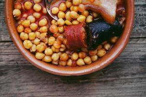 plat de saucisse de pois chiches et bacon dans une mijoteuse photo