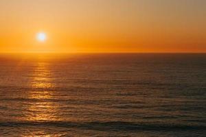 coucher de soleil coloré sur l'océan photo