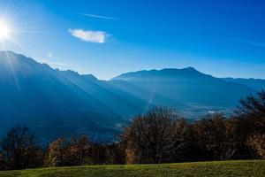 rayons de soleil dans les alpes photo
