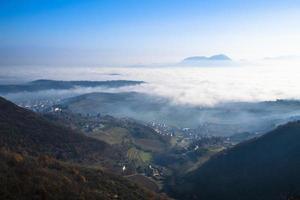 collines de brouillard de la vallée photo