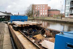 barge bleue avec des ordures photo