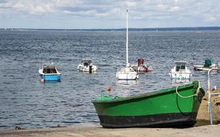 un bateau vert photo