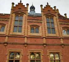 briques rouges et façade en pierre photo