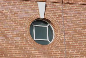 fenêtre ronde et briques rouges photo