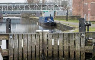 portes d'écluse et barge bleue photo