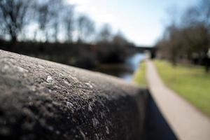 murs en pierre et chemin de halage photo