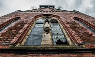 brique rouge et grande fenêtre photo