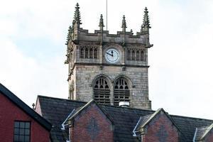 horloge blanche sur tour de pierre photo