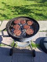 des hamburgers en train de cuisiner photo