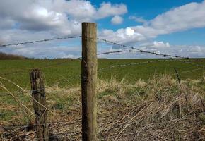 poteau de clôture et ciel bleu photo