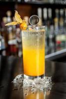 Cocktail péruvien appelé aguaymanto physalis chilcano préparé avec du jus de physalis pisco de raisin péruvien liqueur dure photo