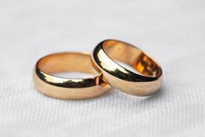 deux anneaux de mariage sur une nappe blanche photo