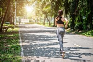 jolie femme de sport jogging dans le parc photo