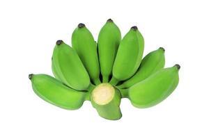 Groupe de bananes crues de couleur verte isolé sur fond blanc photo