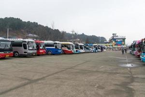 Gangwon-do, Corée 2016- des bus amènent des touristes sur l'île de la république de Naminara photo