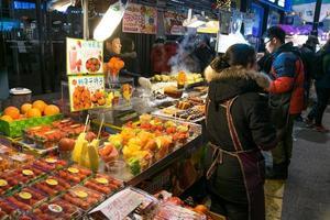Séoul, Corée 2016- Smoothie aux fruits sains au marché de nuit à Séoul en Corée du Sud photo