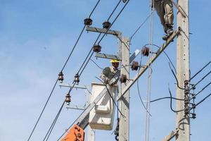 Bangkok, Thaïlande 2015- électriciens travaillant à réparer les lignes électriques photo