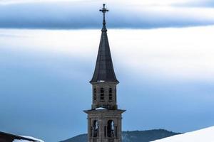 clocher sur un ciel bleu photo