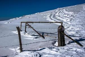porte abandonnée dans la neige photo