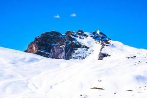 sommet de la montagne dans la neige photo