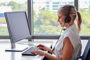les femmes daffaires travaillent avec un ordinateur portable à la maison en vacances photo