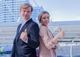 Portrait de beaux jeunes gens d'affaires debout souriant heureusement concept de professionnels exécutifs qui travaillent avec bonheur photo