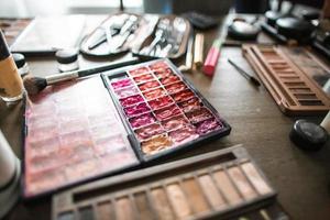 palettes de maquillage et rouges à lèvres photo