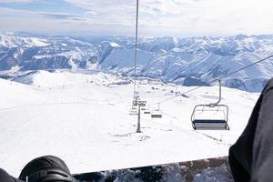 Snowboard dans les montagnes du Caucase photo