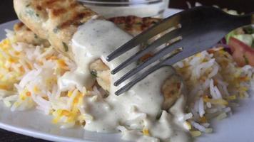 Une fourchette de coupe kebab de poulet avec de la sauce blanche sur elle close up photography photo
