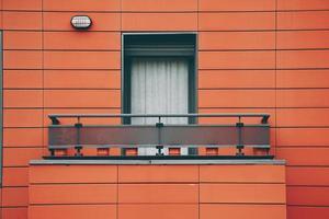 fenêtre sur la façade rouge de la maison photo