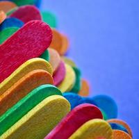 Fond texturé de baguettes en bois multicolores photo