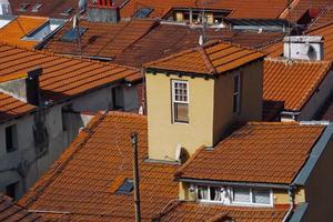 fenêtre sur la façade orange de la maison photo