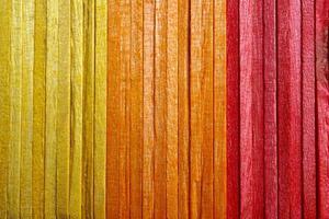 fond texturé de baguettes en bois colorées photo