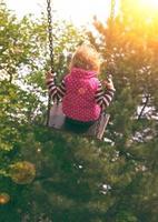petite fille sur la balançoire photo
