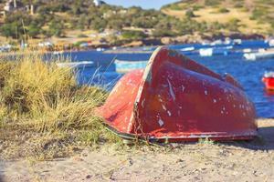 Vieux bateau rouge sur la côte des marinas photo