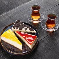beaux gâteaux au chocolat avec verre de thé photo