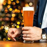 costume portant un homme tenant un verre à bière et des cierges brûlants photo