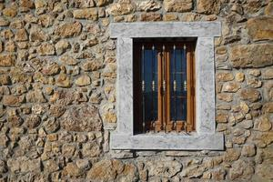 fenêtre sur l'ancienne façade de la maison photo