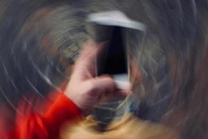 main avec un smartphone prenant des photos